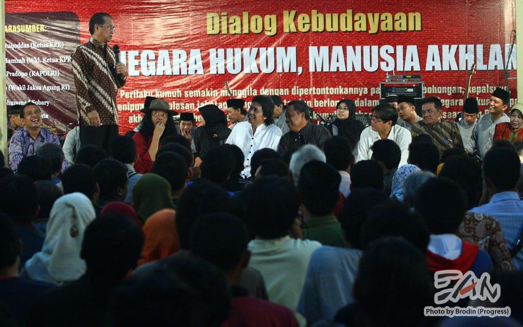 Busryo Muqoddas (Wakil Ketua KPK) memberikan penjelasan tentang acara Dialog Kebudayaan bersama Emha Ainun Nadjib, KiaiKanjeng.