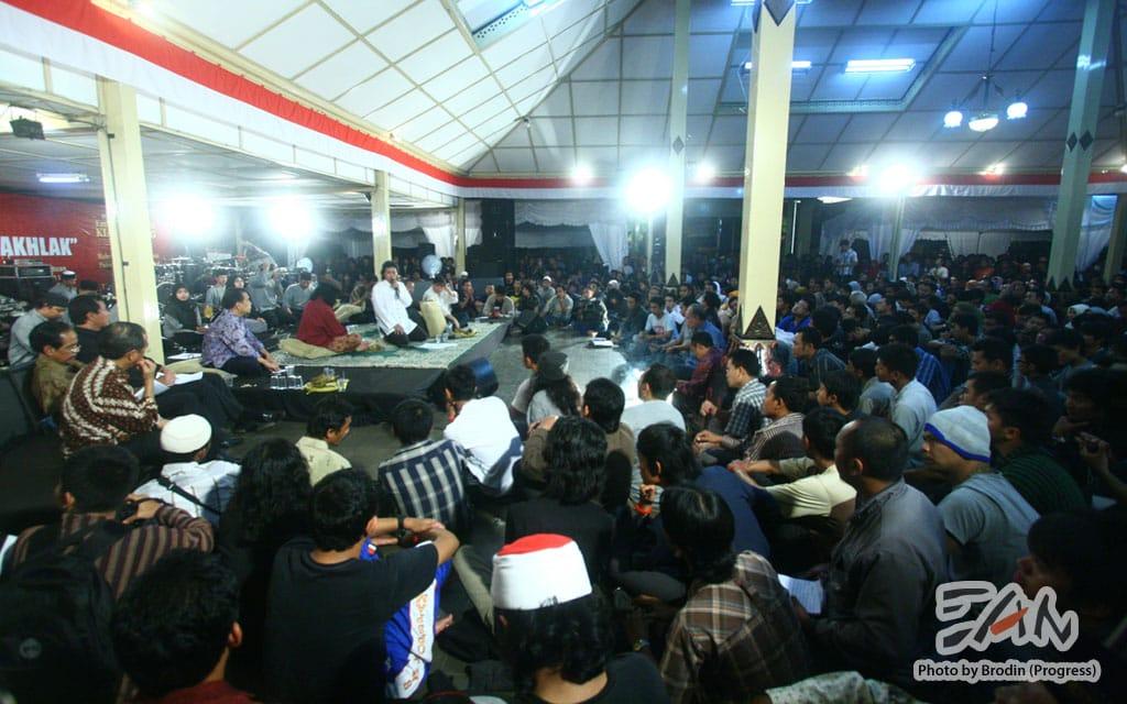Gedung Pendopo Taman Siswa Yogyakarta bagian dalam tak mampu menampung antusiasme masyarakat untuk mengikuti dialog terbuka dengan KPK dan Polri.