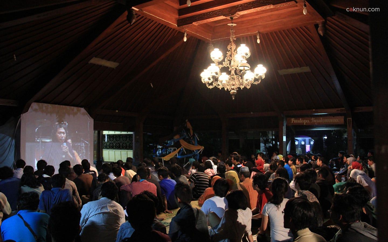 Screen layar besar sangat membantu hadirin yang tidak kebagian tempat pada acara Sarasehan Budaya FBS UNY 2012.