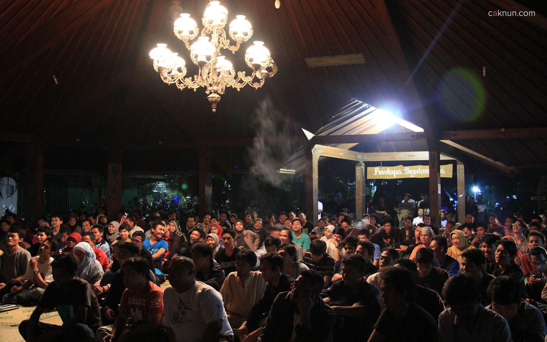 Pendopo Tejakusumo yang penuh sesak dengan hadirin pada acara Sarasehan Budaya FBS UNY 2012.