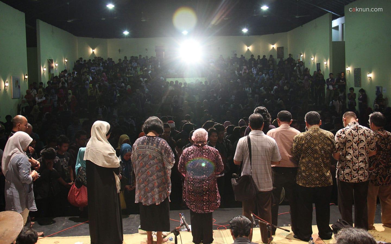 Acara Sarasehan Budaya FBS UNY 2012 ditutup dengan doa bersama yang dipimpin oleh Emha Ainun Nadjib.