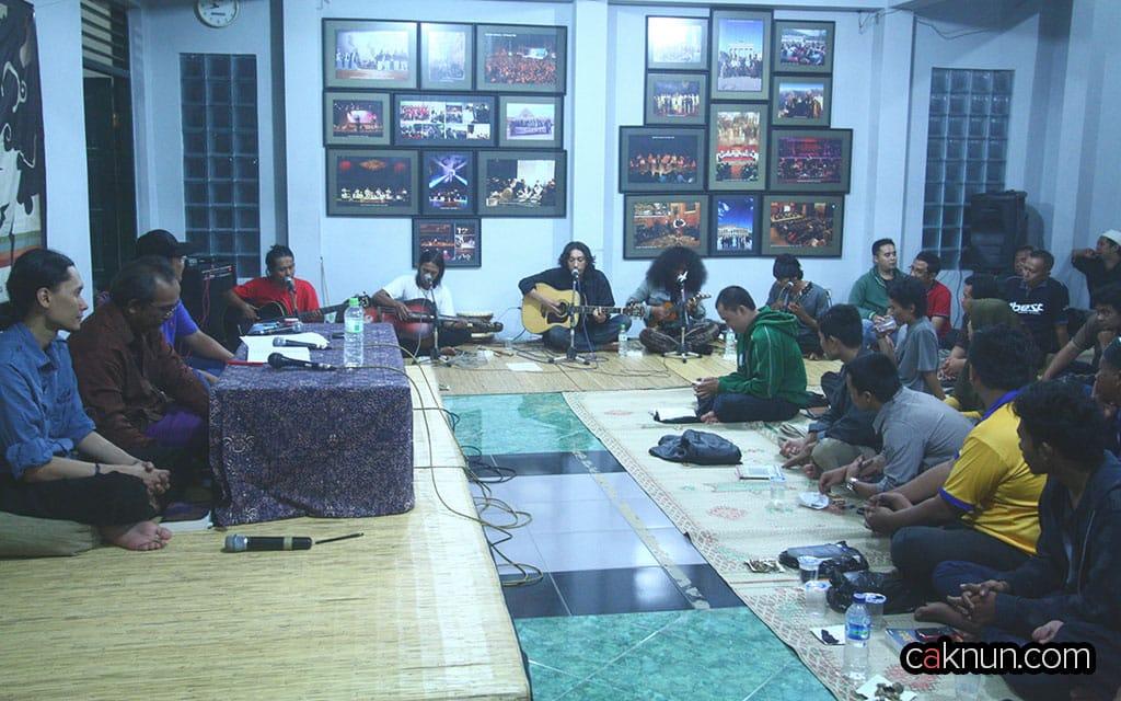 Acara diskusi diselingi Musik Keroncong Adakalanya yang juga membuat lagu dadakan dengan tema Markesotan.