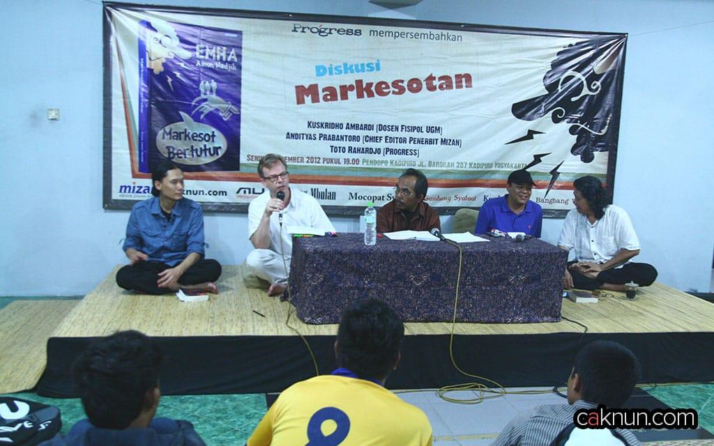 Ian L. Betts, penulis buku Jalan Sunyi Emha, juga hadir dalam Diskusi Buku Markesot Bertutur.
