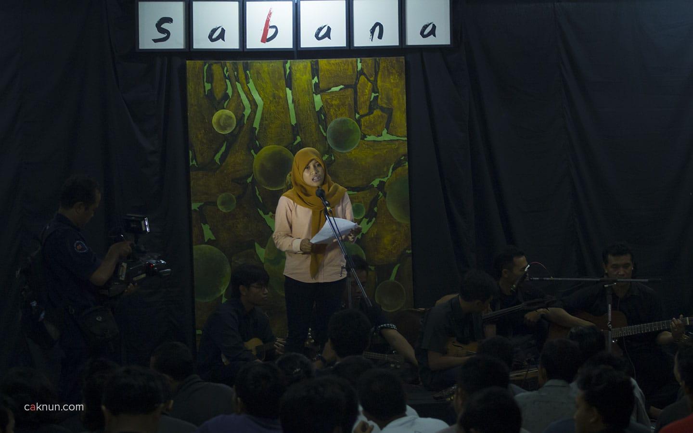 Pembacaan Puisi oleh Putri Sari. Foto oleh Adin Progress.