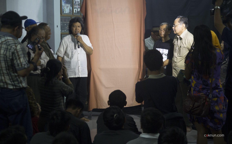 Cak Nun memberikan pengantar sesaat sebelum peluncuran Majalah Sabana. Foto oleh Adin Progress.