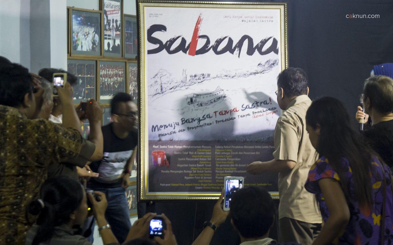 Penandatanganan Cover Sabana oleh Ashadi Siregar.