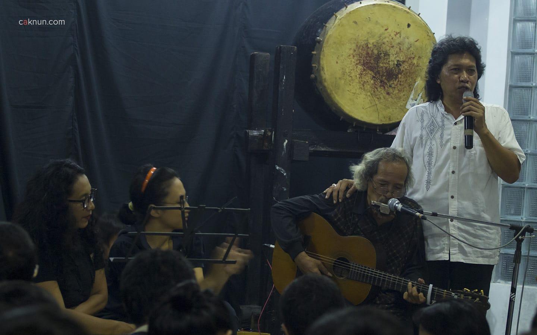 """Untung Basuki menyanyikan lagu """"Lepas-lepas"""". Foto oleh Adin Progress."""