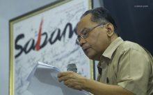 Bang Hadi (Ashadi Siregar) sedang menyampaikan pidato kebudayaan.