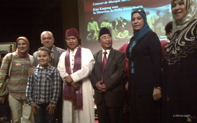 Berfoto bersama dengan masyarakat Maroko
