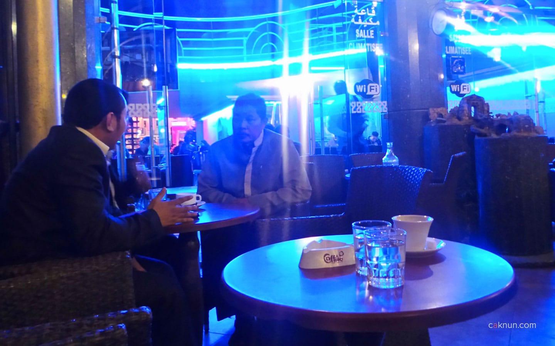 Cak Fuad berbincang dengan perwakilan KBRI yang menyertai perjalanan KiaiKanjeng
