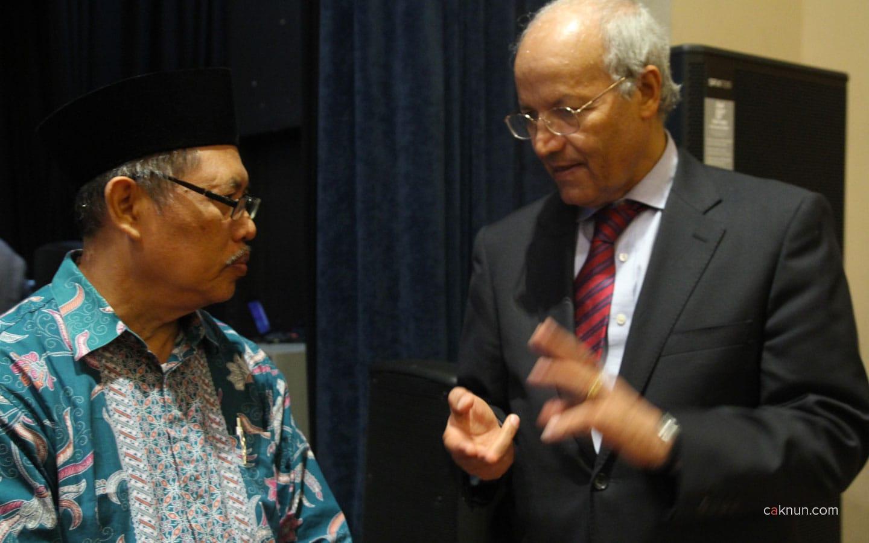 Cak Fuad berbincang dengan Presiden of Al Akhawayn University, Driss Ouaouicha.