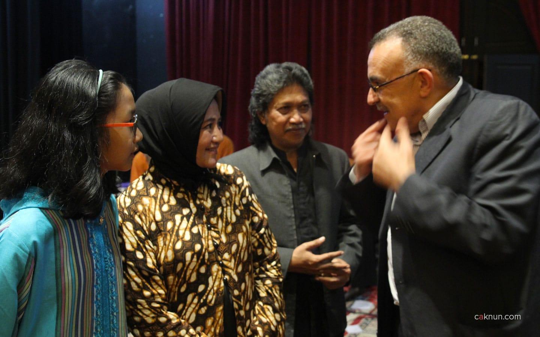 Salah satu pejabat Al Akhawayn University berbincang dengan mbak Novia, Cak Nun dan Haya