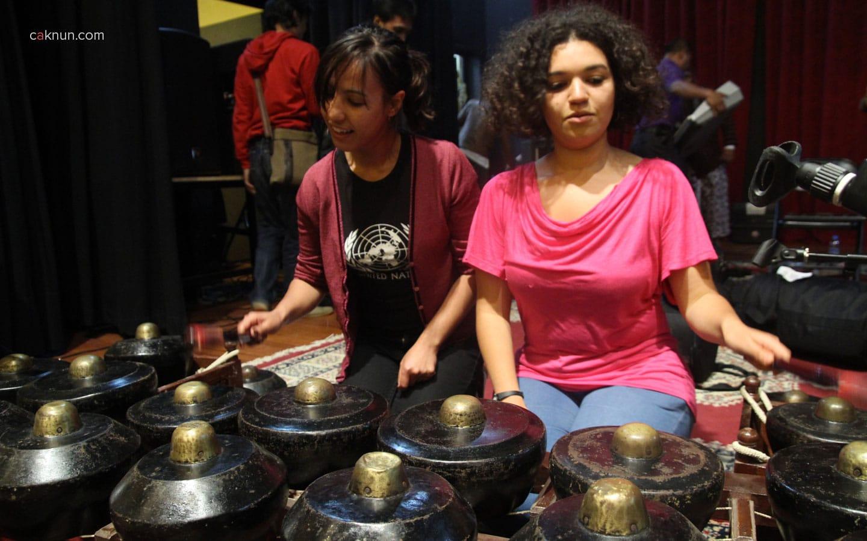 Dua orang mahasiswi Al Akhawayn ini sangat tertarik dengan bunyi bonang nya mas Bayu KiaiKanjeng
