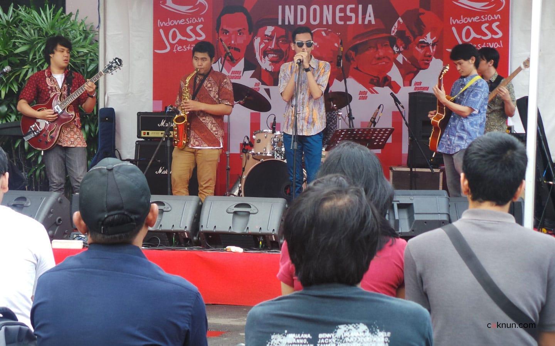 Suasana performance dari band-band di Stage Outdoor Indonesian Jass Festival 2013. Foto 07. Foto oleh Adin Progress.