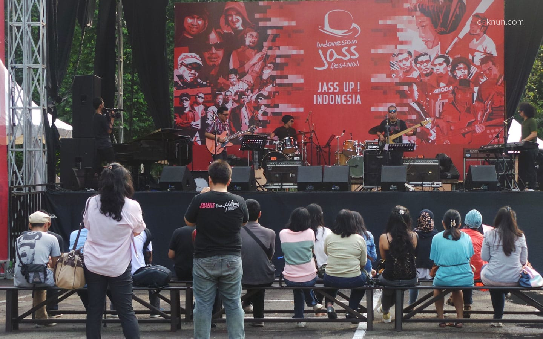 Suasana performance dari band-band di Stage Outdoor Indonesian Jass Festival 2013. Foto 08. Foto oleh Adin Progress.