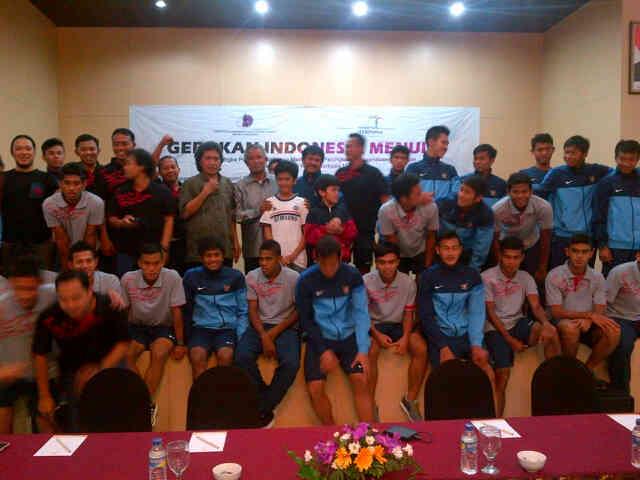 Cak Nun bersama Timnas U19. Foto 01.