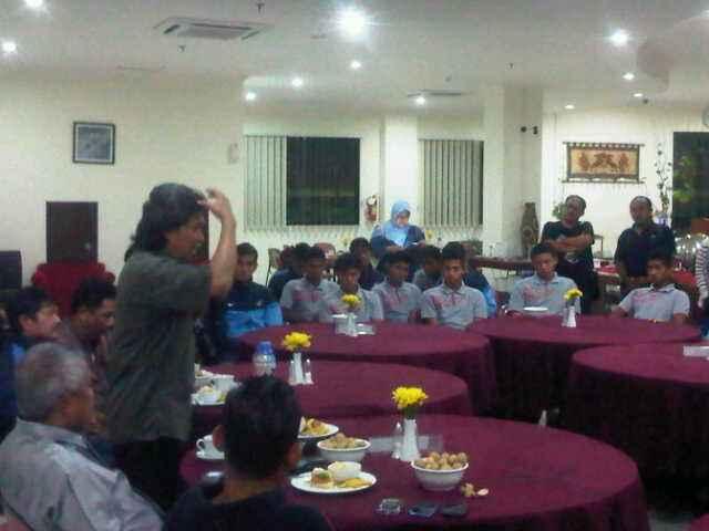 Cak Nun bersama Timnas U19. Foto 02.