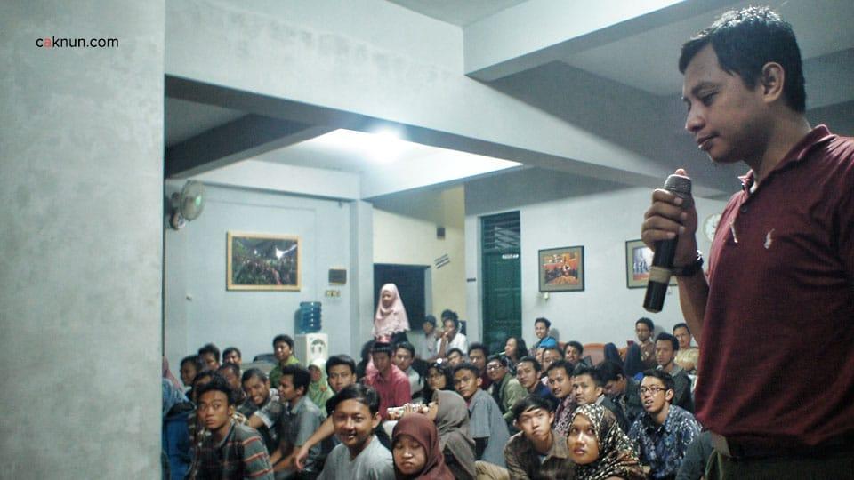 Diskusi KH. Fahmi Basya dan Noe Letto dengan audiens dalam Diskusi Buku Sewelasan #6