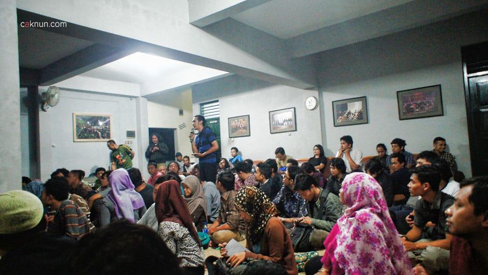 Suasana Diskusi KH. Fahmi Basya dengan audiens dalam Diskusi Buku Sewelasan #6 Perpustakaan EAN