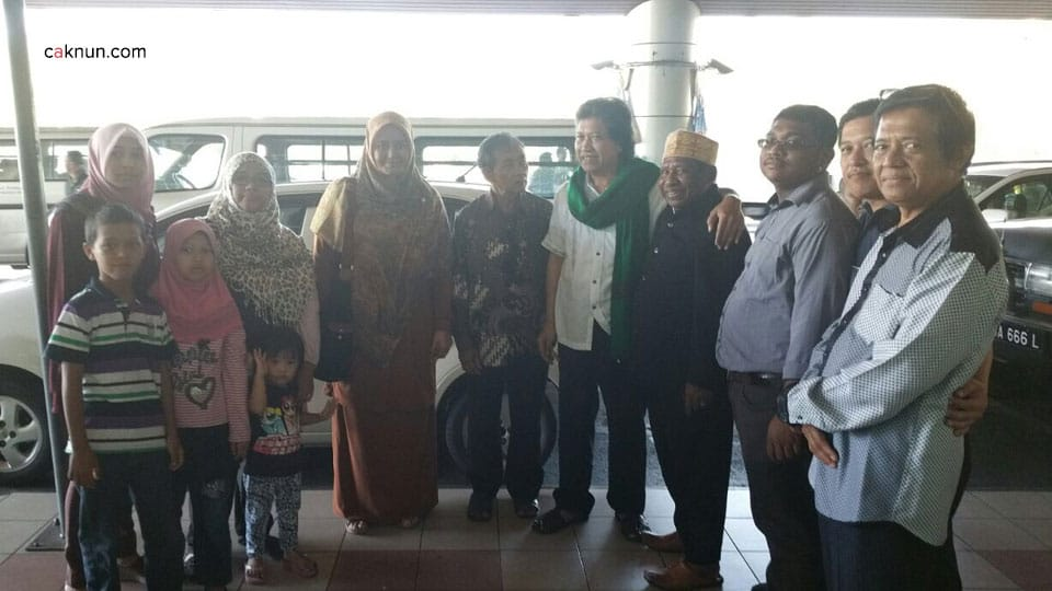 Cak Nun dan mbak Novia dijemput di Bandara Kinabalu oleh keluarga besar pak Ismail Malakalu.