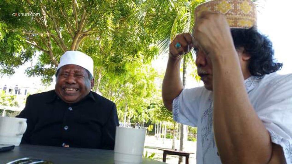 Cak Nun dan sahabatnya, Ismail Malakalu bertukar Peci.