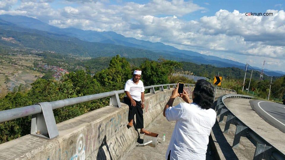 Menikmati suasana pegunungan Tambunan, Kinabalu.