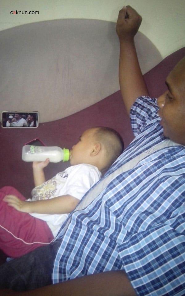 """Hadziq Ismail (1 tahun 9 bulan), salah satu cucu KH. Ismail Malakalu, setiap makan, minum atau menjelang tidur, tidak bisa tidak """"menyiksa"""" orang tuanya dengan menonton CNKK di Youtube."""