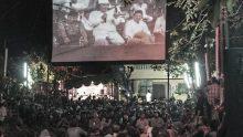 Sebagian hadirim menyaksikan melalui big screen