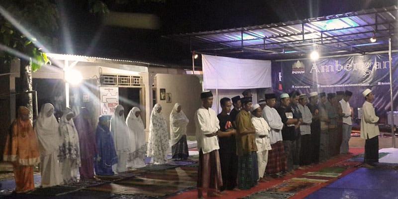 Sholat Tarawih sebelum forum dimulai.