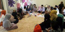 Selain keluarga besar Imam Lapeo, turut hadir teman-teman Teater Flamboyan