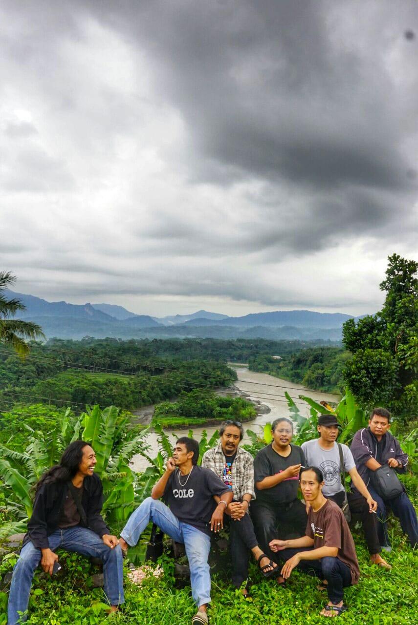 Bapak-bapak KiaiKanjeng di pinggir Kali Serayu.