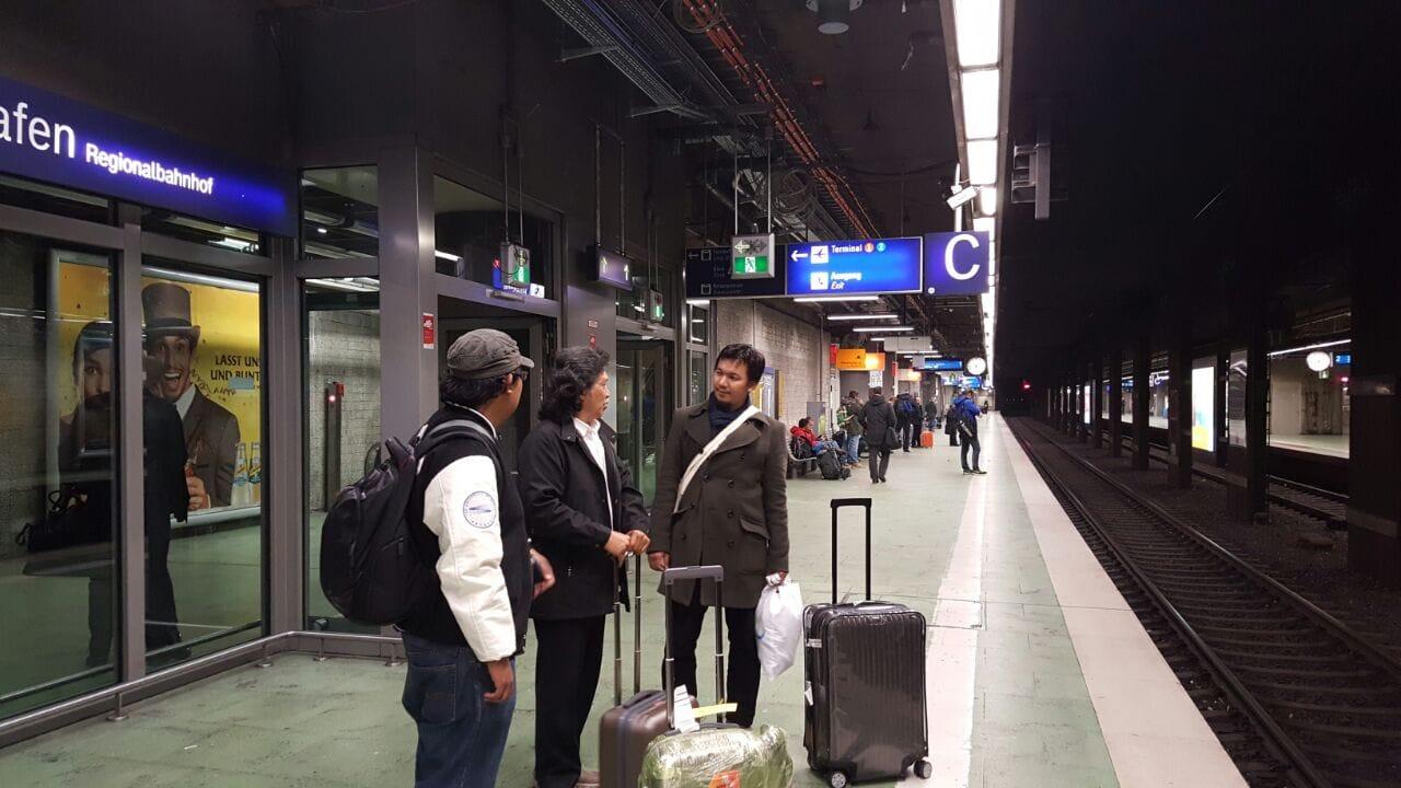 Dari Stasiun Flughafen menuju Stasiun Sentral Frankfurt di Hauptbahnhof