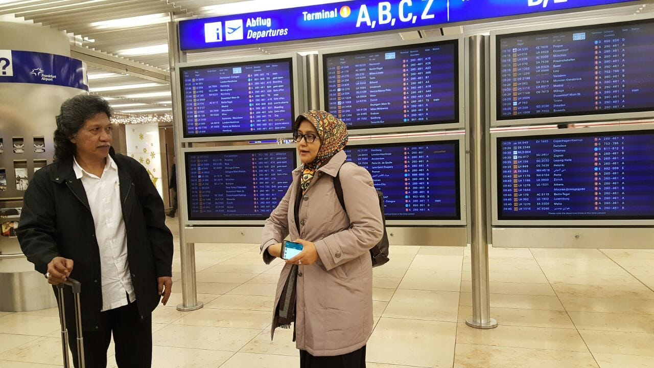 Cak Nun dan Ibu Novia tiba di Frankfurt International Airport