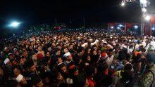 """Puncak Sinau Bareng di Alun-alun Purbalingga. Ribuan anak muda jauh dari """"pusat"""" itu sangat mencintai Maiyah. Antri rapi mereka bersalaman dengan Mbah Nun."""