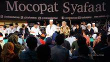 Panggung Mocopat Syafaat 17 April 2017 malam ini penuh para tamu di antaranya Gusti Yudho (GBPH Yudhaningrat), Pak Momo, dan C. Holland Taylor. Mbah Nun meminta Beliau-beliau menyampaikan wawasan buat para Jamaah.