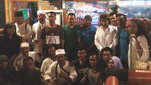 Mbah Nun meminta foto bersama karyawan Xafier Cafe dan KiaiKanjeng di Sarangan, Kamis 13 April 2017.
