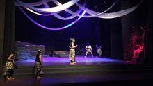 """Mbah Nun diminta hadir menyaksikan gladi resik pementasan """"Mencari Buah Simalakama"""" Perdikan Teater Yogyakarta tadi malam, 22 April 2017, di Gedung Pertujukan ISI Yogyakarta."""