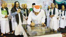Mbah Nun diminta turut menandatangani prasasti peresmian MTs Unggulan Singa Putih Prigen Pasuruan.