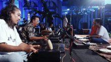Tiba di Balaikota Semarang, KiaiKanjeng langsung cek sound. Lagu pertama yang terlantun adalah Perdamaian dari grup qasidah Nasida Ria yang legendaris dan berasal dari Semarang.
