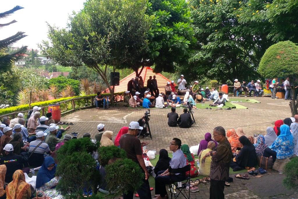 Mbah Nun menghadiri acara reuni Abu Sittin yang digelar di Selekta Batu Malang Jawa Timur.