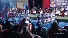 Sepuluh anak putri menyambut kedatangan Mbah Nun dan KiaiKanjeng dengan tari Zafin Mandilingan