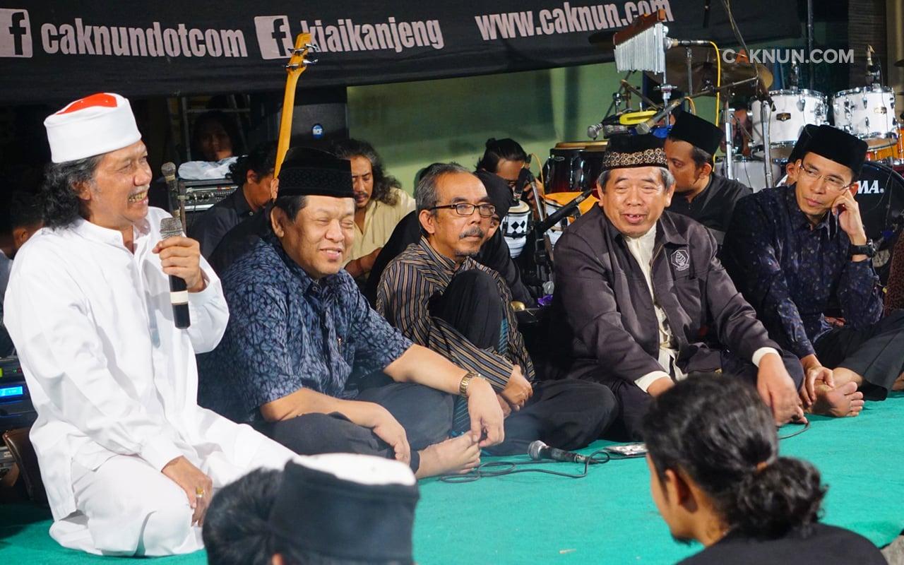Cak Nun bersama Tuan Guru Bajang di Mocopat Syafaat Yogyakarta
