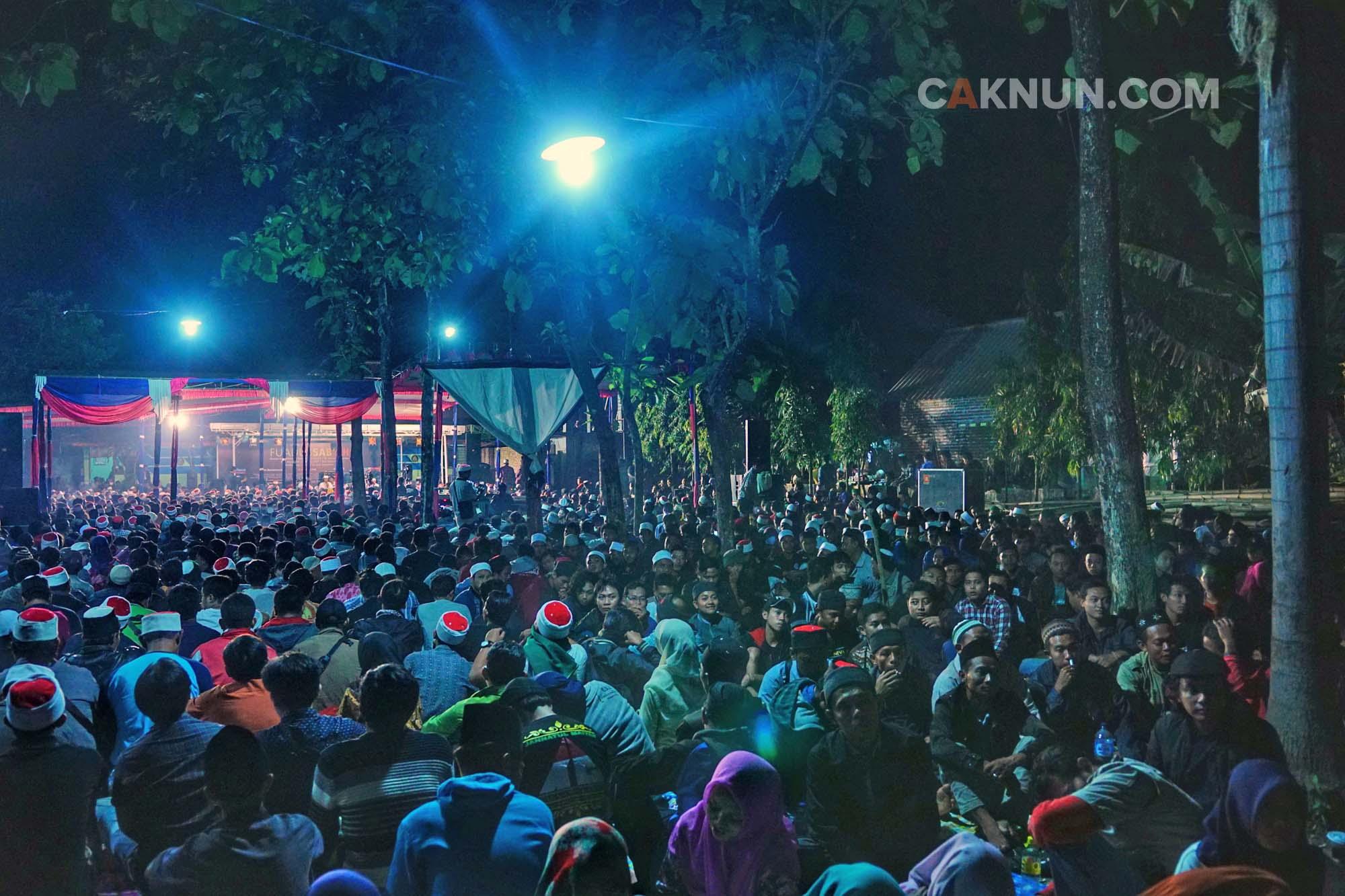 Ribuah jamaah memadati area Padhangmbulan. Foto: Adin.