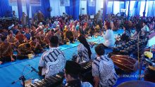 Cak Nun, Ibu Via, dan KiaiKanjeng di Syawalan Grup Neutron Yogyakarta.