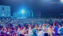 Di tengah Maiyahan, Menkominfo hadir dan bergabung di panggung bersama Cak Nun dan KiaiKanjeng.