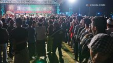 Satu per satu para hadirin dan jamaah antri rapi bersalaman dengan Cak Nun, para Kyai, dan tokoh masyarakat usai Ngaji Bareng di Lapangan Menganti Gresik.