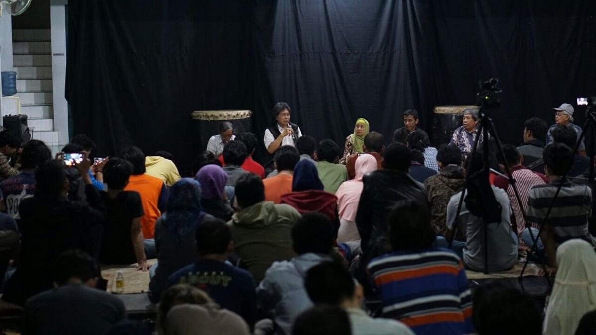 Cak Nun, dan pembicara lain, mengemukakan pandangan mengenai Achmad Munif.