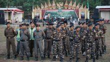 KiaiKanjeng melakukan cek suara di panggung, sementara Banser dan Pagar Nusa persiapan pengamanan.