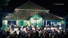 Seluruh jamaah dan hadirin memasuki kekhusyukan lewat lantunan suluk dan shalawat-shalawat Cak Nun dan KiaiKanjeng.