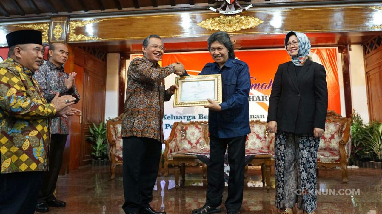 HIPIIS Social Sciences Award 2017 untuk Cak Nun